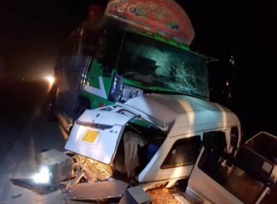 سیہون کے قریب وین اور ٹرک میں تصادم، 8 افراد جاں بحق، 2 زخمی