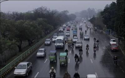 لاہور میں صبح سویرے بونداباندی اور ٹھنڈی ہوائیں چلنے سے موسم خوشگوار ہوگیا