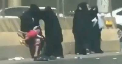 سعودی عرب میں سڑک کنارے پانچ برقع پوش خواتین کی لڑائی نے سوشل میڈیا پر ہنگامہ برپا کردیا