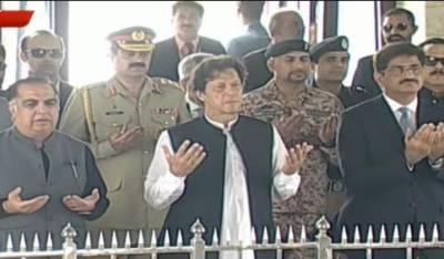 عمران خان کی بطور وزیراعظم پہلی مرتبہ مزار قائد پر حاضری،فاتحہ خوانی اور یادداشت پر دستخط کئے