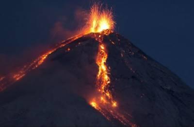 انڈونیشیامیں زلزلے اور سونامی کے بعد آتش فشاں پھٹ پڑا،10افراد ہلاک