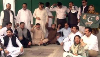 شہباز شریف کی گرفتاری، لیگی اراکین اسمبلی کا پنجاب اسمبلی گیٹ کے سامنے دھرنا