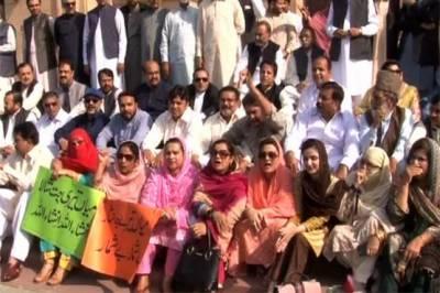 پنجاب اسمبلی میں معطل 6 لیگی ارکان کو روکنے پر اپوزیشن کا دھرنا