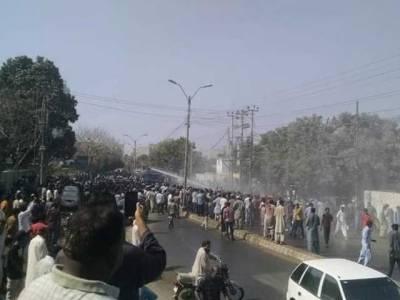 کراچی، پاکستان کوارٹرز خالی کرانے کیلئے پولیس کا ایکشن، متعدد افراد زخمی