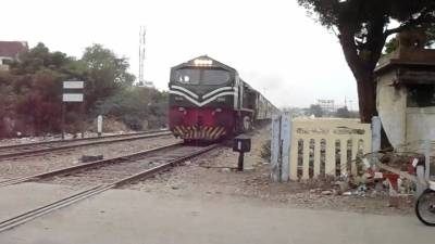 فیصل آباد ، وین ٹرین کی زد میں آنے سے ڈرائیور ہلاک