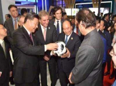 وزیراعظم عمران خان کا چینی صدر شی جن پنگ کو پاکستانی فٹ بال کا تحفہ