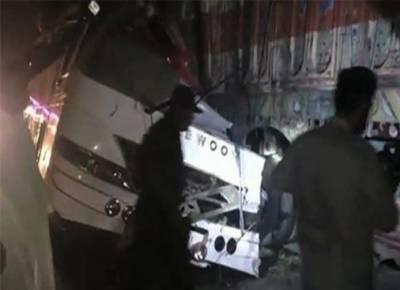 دادو میں مسافر بس اور ٹرالر میں تصادم،8 افراد جاں بحق،32 سے زائد زخمی
