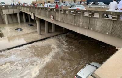 ریاض میں طوفانی بارش، نظام زندگی معطل، انڈر پاسز میں پانی بھر گیا