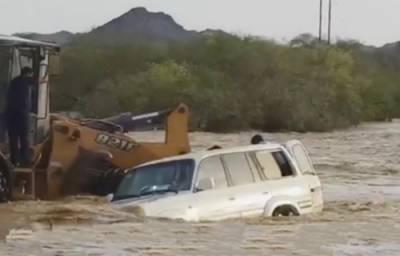 پاکستانی شیول آپریٹر نے جان ہتھیلی پر رکھ کر سعودی کو سیلاب میں ڈوبنے سے بچا لیا
