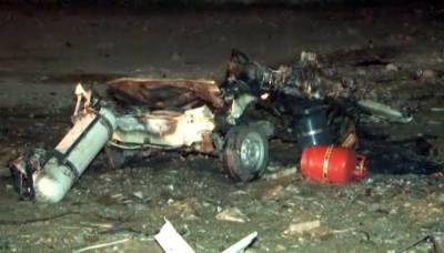 کراچی، ڈیفنس میں خالی پلاٹ میں کھڑی گاڑی میں دیسی ساختہ بم دھماکا