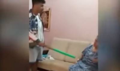 بھارت میں 17 سالہ لڑکے کی اپنی والدہ کو جھاڑو سے پیٹنے کی ویڈیو وائرل
