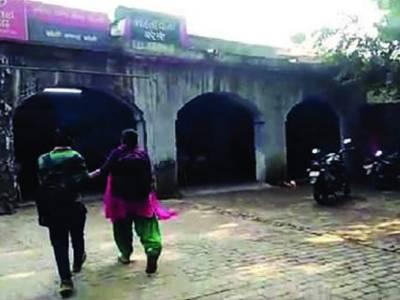 بھارت میں خاتون ماڈل کا پولیس سٹیشن میں ہنگامہ