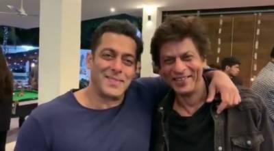 """شاہ رخ خان اور سلمان خان نے فلم """"کرن ارجن"""" کے لمحات کی ویڈیو شیئر کردی"""
