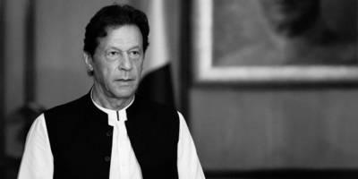وزیر اعظم عمران خان کی مسجد میں نماز کی ادائیگی کی تصاویر سوشل میڈیا پر وائرل