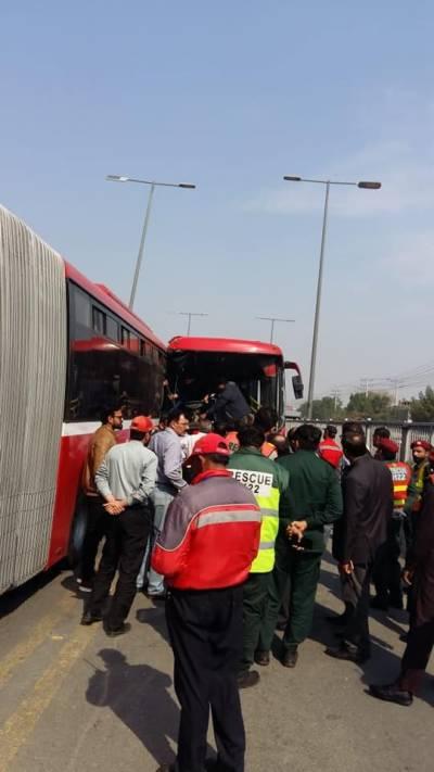 لاہورمیں دومیٹرو بسیں آپس میں ٹکراگئیں، خاتون جاں بحق ،10 افراد زخمی