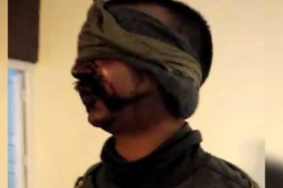 گرفتار بھارتی پائلٹ کو میڈیا کے سامنے پیش کر دیا گیا