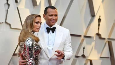 ہالی ووڈ گلوکارہ جینیفر لوپیز نے الیکس روڈریگیوز سے منگنی کر لی