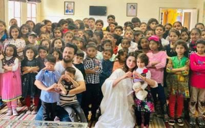 عاطف اسلم اور ان کی اہلیہ کا لاہور میں بچوں کے فلاحی مرکز کا اچانک دورہ