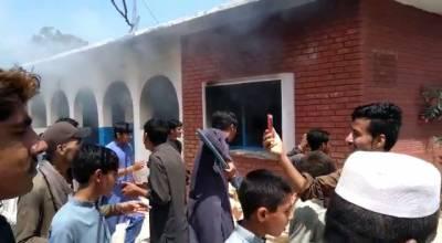 پشاور: پولیو ویکسین کے ری ایکشن کا الزام، مشتعل افراد نے اسپتال کو آگ لگا دی