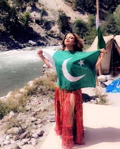 بھارتی اداکارہ راکھی ساونت کی پاکستانی پرچم کیساتھ تصویر وائرل