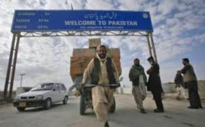 پاک افغان بارڈر طورخم پرعید الفطر کے موقع پرمیٹھائی اور پھلوں کو تحفہ