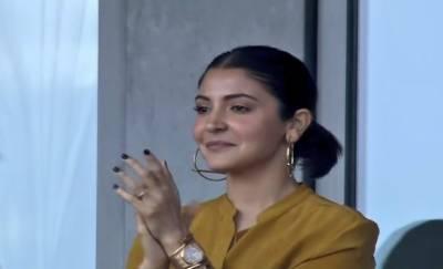 انوشکا شرما کی میچ کے دوران چوکے سے لاعلمی کی ویڈیو وائرل