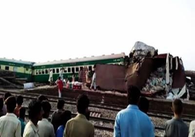 صادق آباد: اکبر ایکسپریس اور مال گاڑی میں تصادم، ہلاکتوں کی تعداد 19 ہو گئی