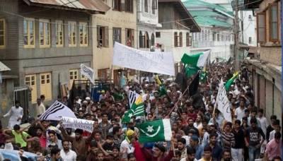 ہزاروں کشمیری پاکستانی جھنڈا اُٹھائے سڑکوں پر نکل آئے