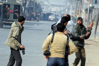 بھارت کے زیرِ انتظام کشمیر میں 'خطروں کے کھلاڑی' صحافی