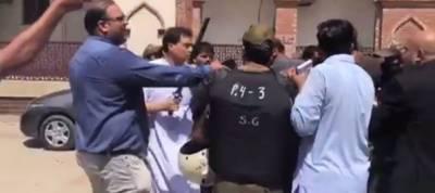 پولیس اہلکاروں سے ہاتھا پائی، کیپٹن (ر) محمد صفدر سمیت 15 افراد کیخلاف مقدمہ درج