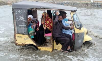 کراچی میں طوفانی بارش، سڑکوں پر پانی جمع، ایک شخص جاں بحق
