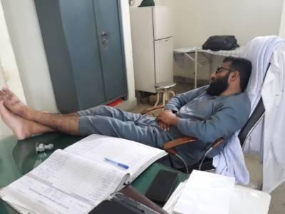 نوشہرہ ورکاں بنیادی مرکز کے ڈاکٹر نےڈیوٹی اوقات میں سونا معمول بنا لیا