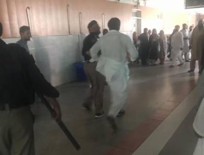 پشاور، ڈاکٹروں کا احتجاج ، پولیس کا لاٹھی چارج، 10 ڈاکٹر گرفتار