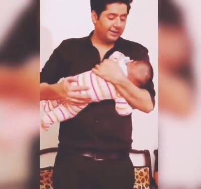 عمران اشرف کی بیٹے کو لوری سنانے کی ویڈیو جاری
