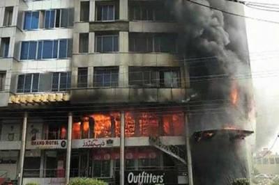 معروف شاپنگ مال میں آگ نے تباہی مچا دی