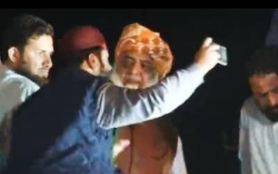 مولانا نے سیلفی لینے والے اپنے مداح کا ہاتھ جھڑک دیا