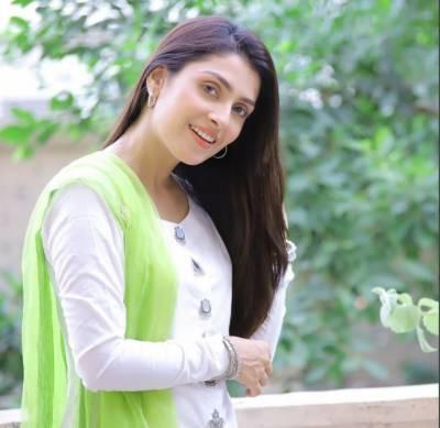 فیملی کے ساتھ وقت گزارنا بہت اچھا لگتا ہے' عائزہ خان