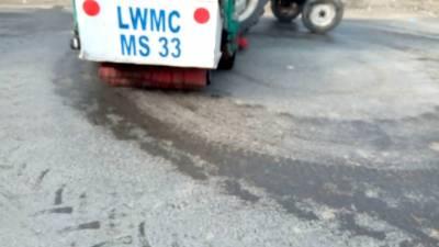 انتظامیہ کی لاہور کی سڑکیں کلورین ملے پانی سے دھو ڈالیں