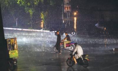 پنجاب کے مختلف علاقوں میں بارش، موسم خوشگوار ہو گیا
