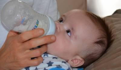 بوتل سے دودھ پینے والے بچے پلاسٹک کے یومیہ 10 لاکھ ذرات نگل جاتے ہیں، تحقیق