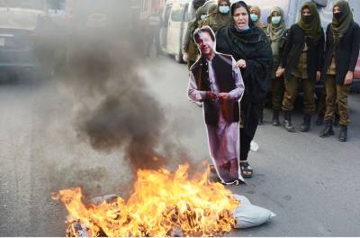 Unable to arrest the killers of the Kainaat, Afshan Latif burnt the poster of the Prime Minister