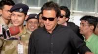 عمران خان کی چپل ٹوٹ گئی ، مدد کس نے کی
